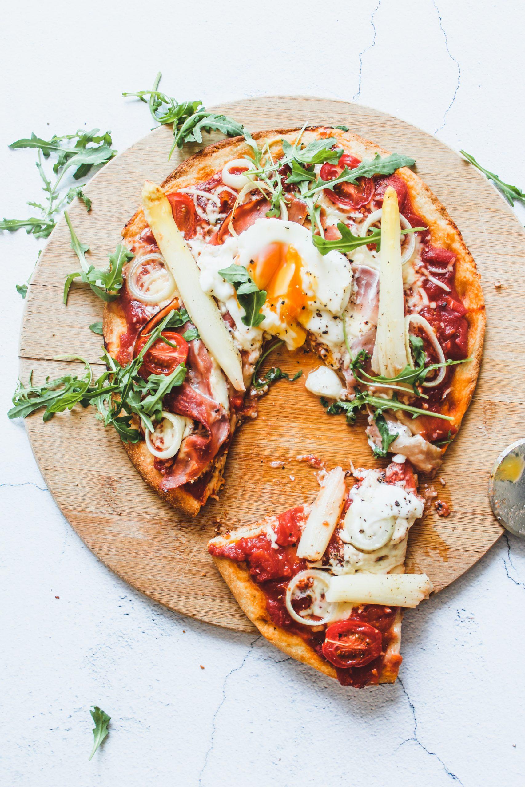 Lentepizza met witte asperges