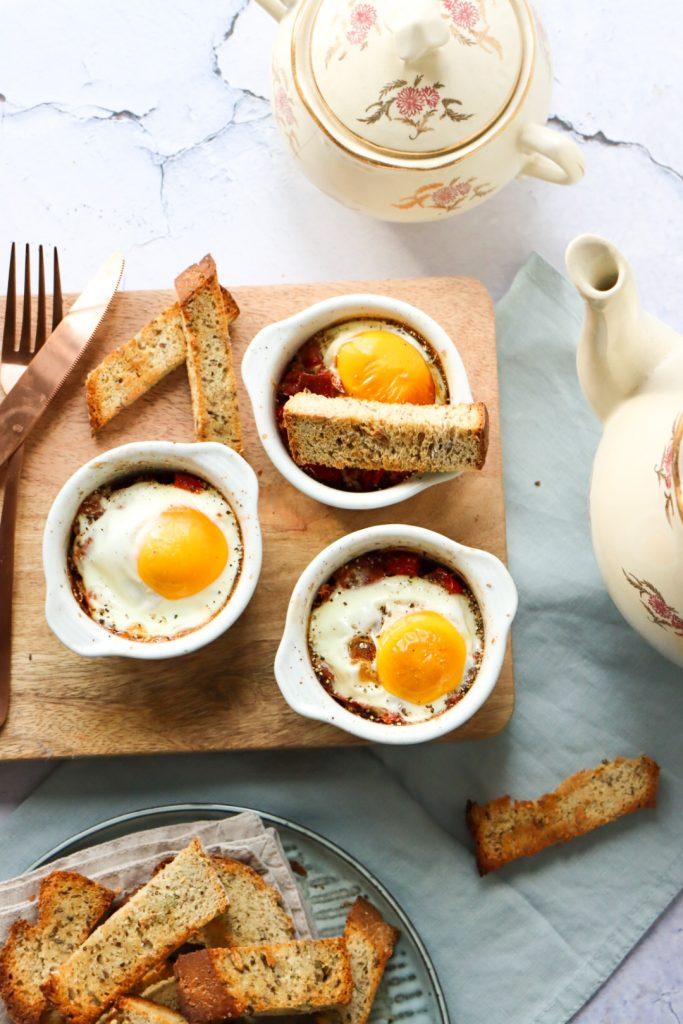 Kommetje met ui, paprika en een spiegeneitje