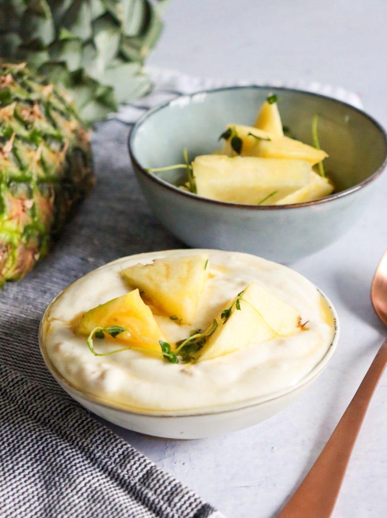 Yoghurtijs met gemarineerdere ananas en tijm